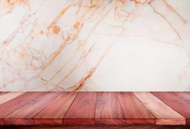 白い大理石の背景を持つ空の木製テーブル。製品を表示またはモンタージュします。