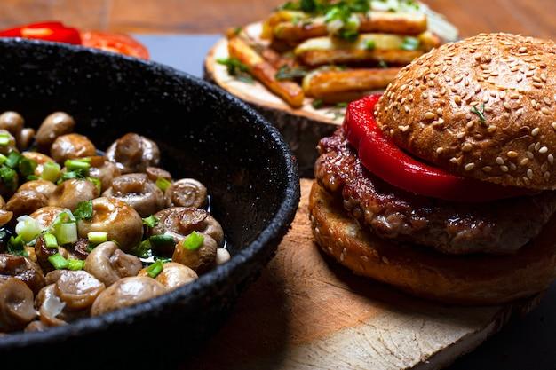 Концепция жирной пищи. нездоровая еда гамбургер и жареные грибы.