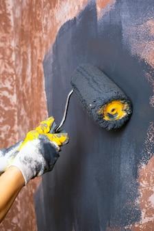 Покрасить стены валиком в серый цвет. ремонт.