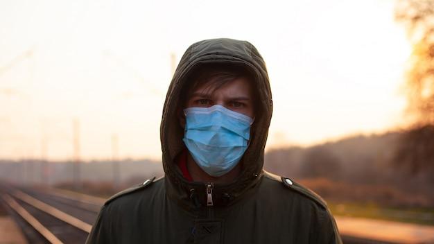 医療用マスクの男性はコロナウイルスに感染しています。