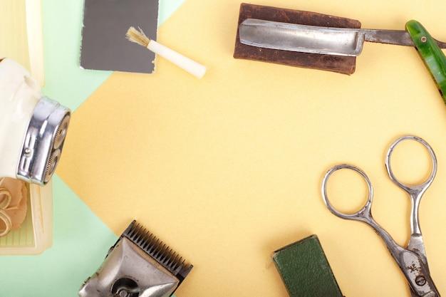 ビンテージレトロな理髪ツールとシェービングバックグラウンドコピースペース用アクセサリー