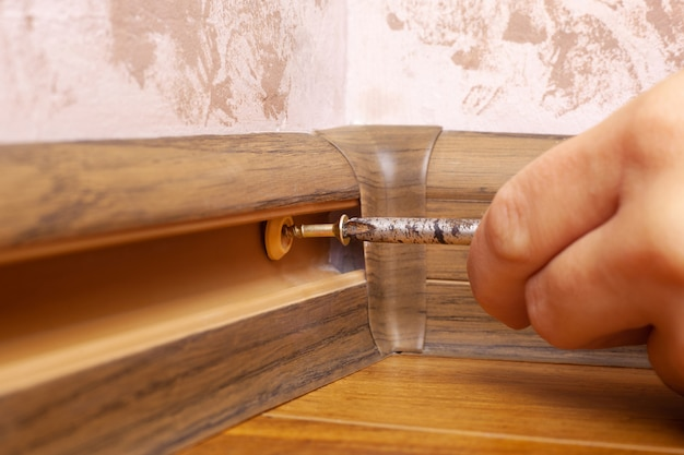 台座の組み立てと設置、マスターは幅木を設置します