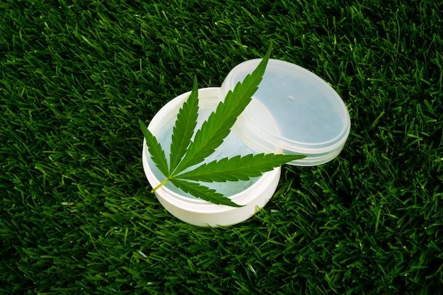 緑の草に大麻クリーム、美容スキンケア。