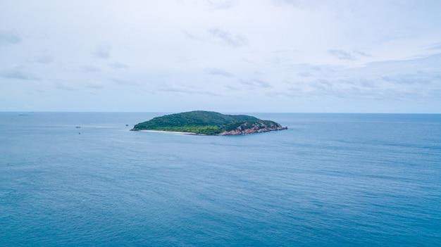 海、サッタヒープタイの美しい島の空撮。