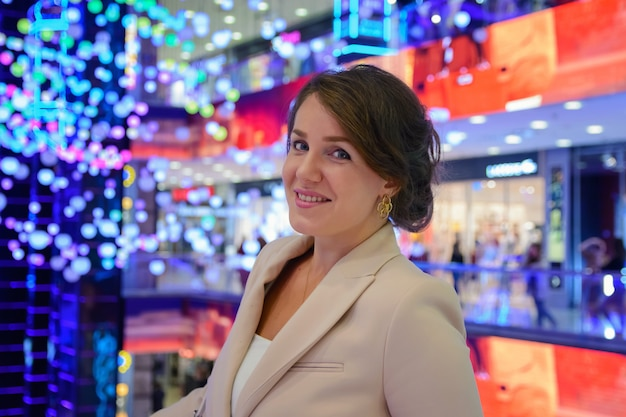 Молодая красивая женщина позирует в большом торговом центре