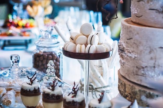 Печенье макаронное белое на праздничном столе