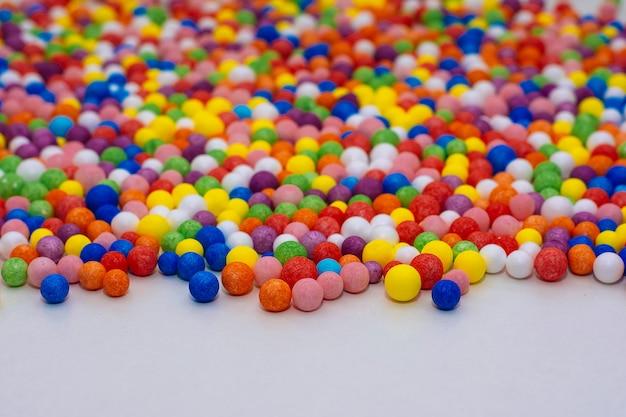 小さな明るい色のボールの