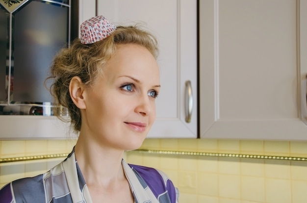 台所の若い美しい女性