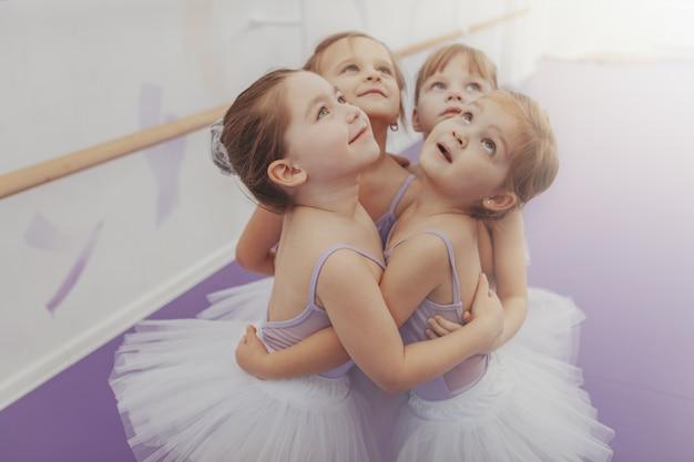 バレエのクラス、コピースペースの後楽しんでかわいい若いバレリーナのグループ