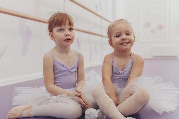 ダンススクールでのエクササイズ後の愛らしい小さなバレリーナ