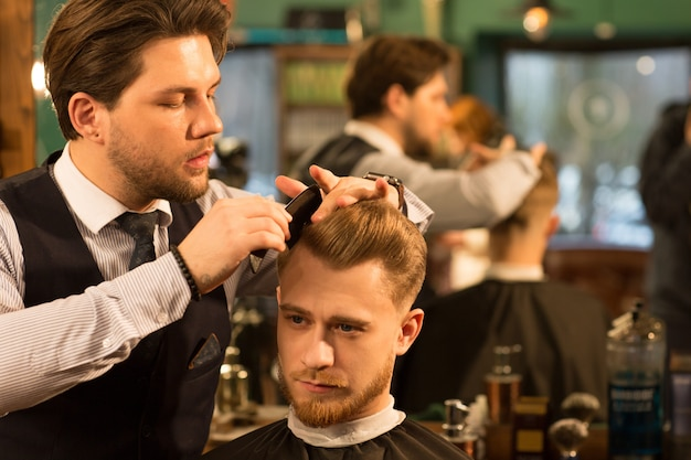彼の理髪店で働くプロの理髪師