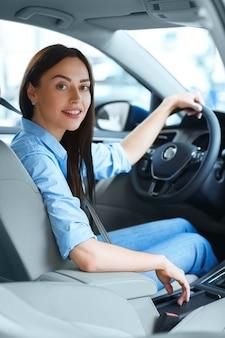 運転中の女性シフトギアスティック