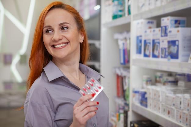 美しい女性が薬局で買い物