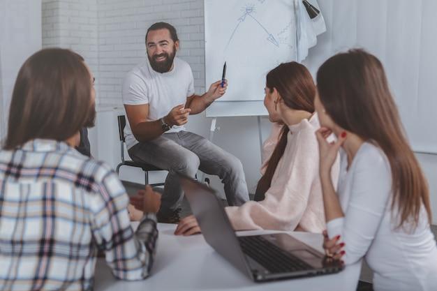 オフィスで一緒に働く創造的なビジネスチーム