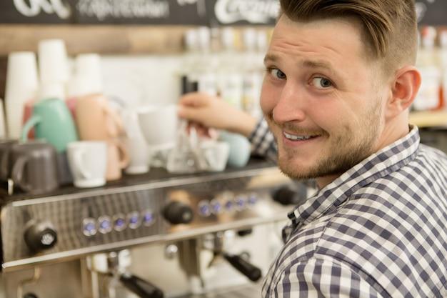 彼のコーヒーショップで働いているバリスタ