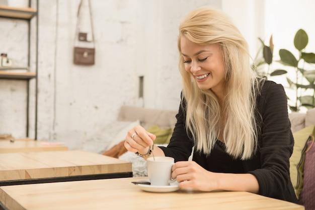 コーヒーショップで若い女性