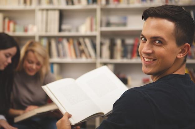 図書館で一緒に勉強を楽しんでいる友人のグループ