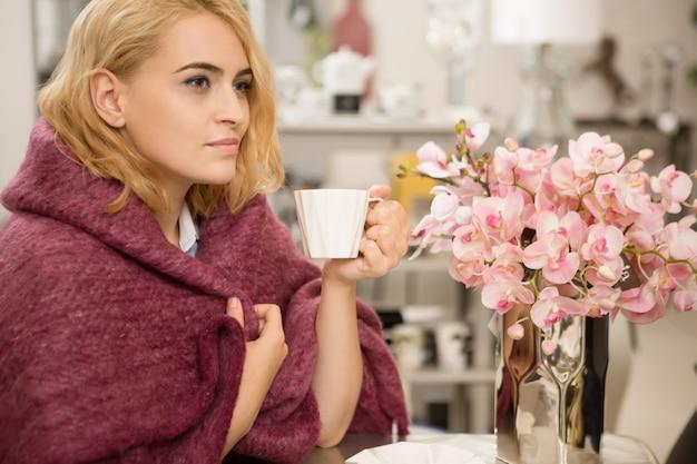 家でのんびり美しい女性