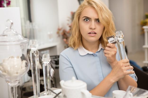Женщина, покупки в магазине посуды