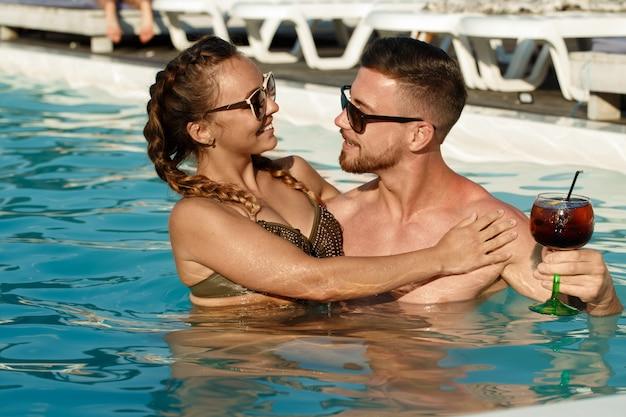 夏のコンセプトを抱いて美しい愛情のある若いカップル