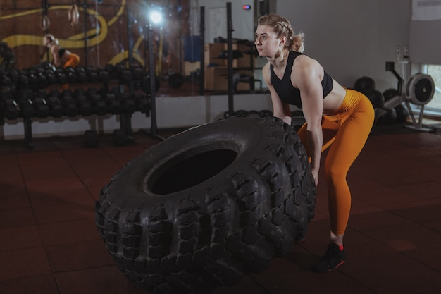 Женский кроссфит спортсмен работает