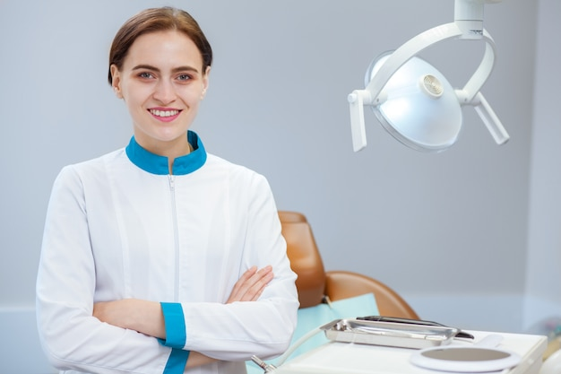彼女の歯科医院で誇らしげにポーズ女性歯科医、コピースペース