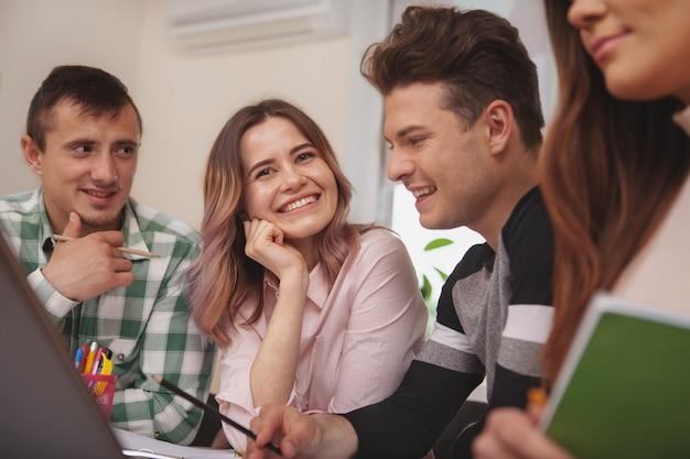 Группа молодых людей, обучающихся вместе в классе колледжа