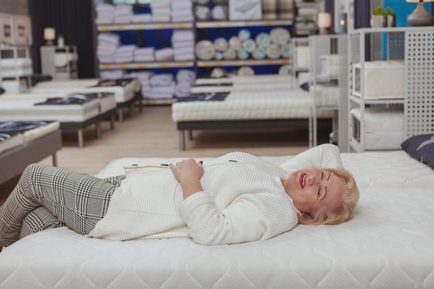 年配の女性が家具店で買い物