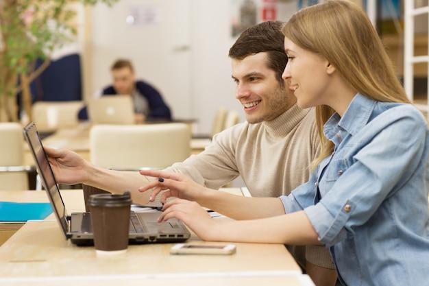 Молодые предприниматели работают вместе в офисе