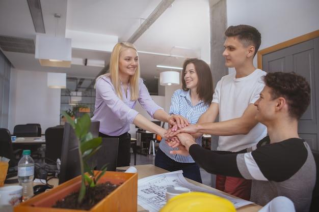 Группа инженеров, работающих вместе в офисе