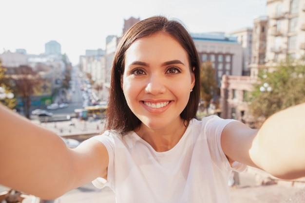 Счастливая красивая женщина на улицах города