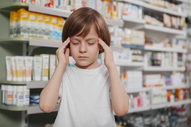 薬局の小さな病気の少年