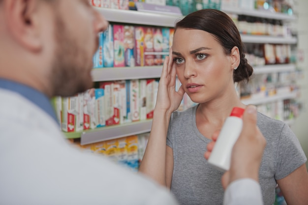 薬局で買い物をする魅力的な女性