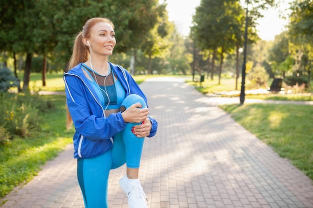 朝は公園でワークアウトゴージャスな運動女性