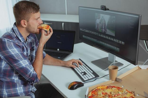 自宅で働く男性のコンピュータープログラマー