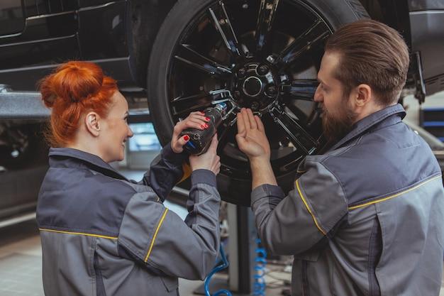 Два механика ремонтируют машину