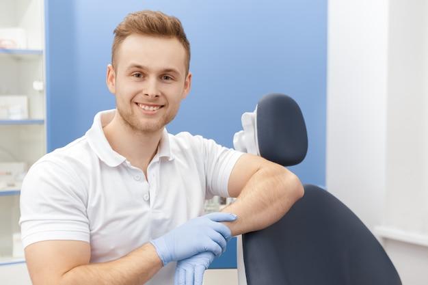 彼のクリニックでプロの歯科医