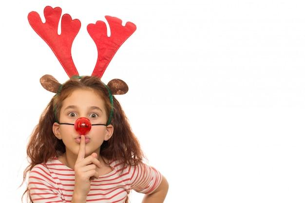 クリスマスの枝角と赤い鼻を着てかわいい女の子