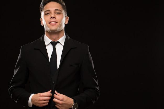 Элегантный молодой человек в студии