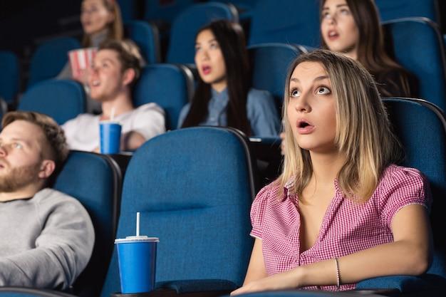 映画館で映画を見てショックを受けた魅力的な女性