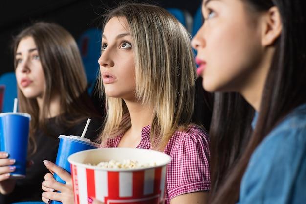 映画館で息をのむような面白い映画を一緒に見て美しい女性の友人
