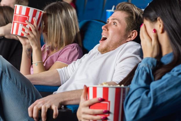 地元の映画館で怖い映画を見ている友人