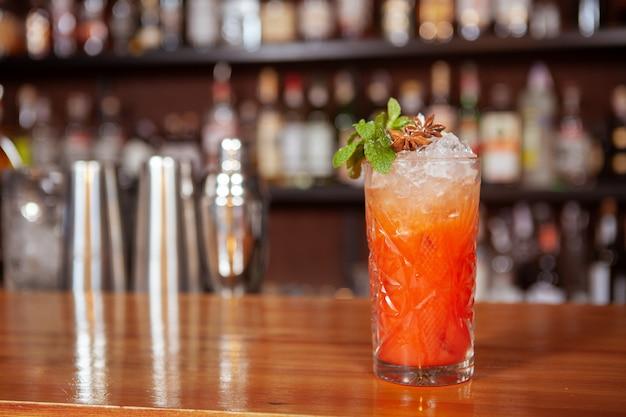 Вкусный ледяной коктейль на барной стойкой, копией пространства. алкогольный напиток в ресторане