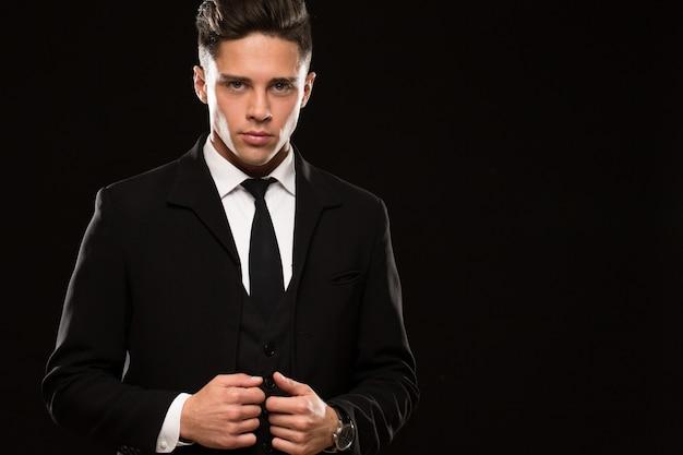 黒のスーツで激しいボディガード