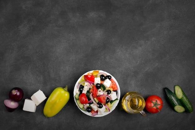 新鮮な野菜、フェタチーズ、ブラックオリーブのギリシャ風サラダ。上面図