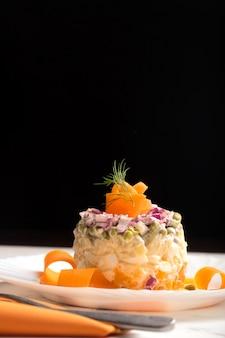 Традиционный русский салат оливье с вареными овощами