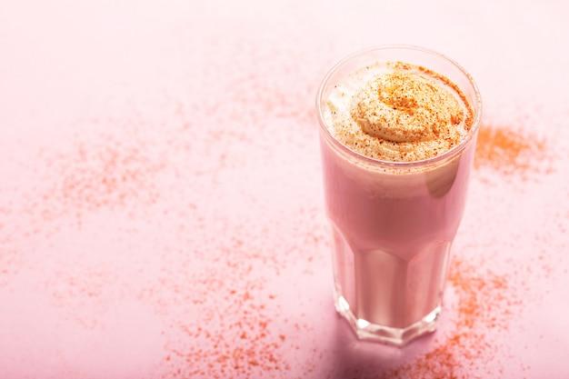 Яичный коктейль со сливками и молоком