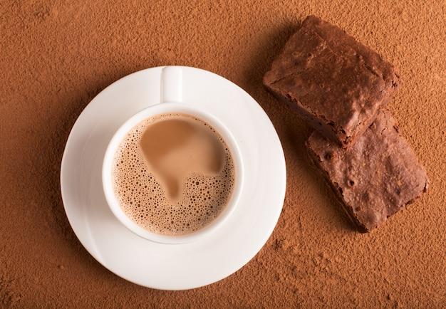 カプチーノとチョコレートブラウニーのカップ