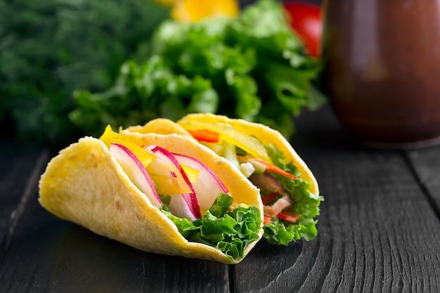 新鮮な野菜のタコス