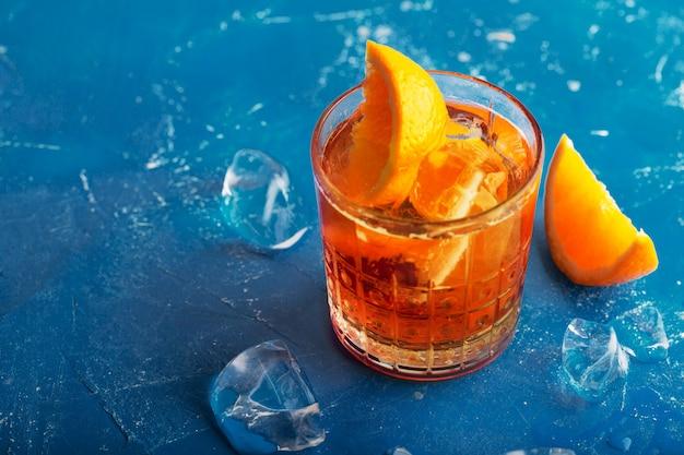 Свежий ледяной чай летний коктейль с апельсином и кубиками льда